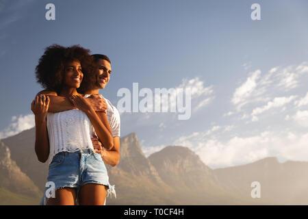 Couple d'humeur romantique près de côté mer Banque D'Images
