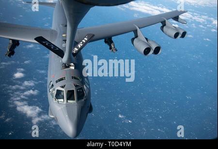 Un U.S. Air Force B-52 Stratofortress reçoit le combustible dans un KC-135 Stratotanker à partir de la 100e Escadre de ravitaillement en vol, RAF Mildenhall, Angleterre, au-dessus de la côte britannique, le 15 mars 2019. Les États-Unis et visiblement régulièrement démontre un engagement envers les alliés et partenaires par le biais du Fonds pour l'emploi des forces militaires. (U.S. Air Force photo de Tech. Le Sgt. Emerson Nuñez)