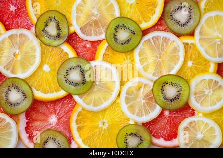 Tranches d'agrumes frais mixtes comme arrière-plan, concept d'une saine alimentation, régimes, vue du dessus. L'arrière-plan. Banque D'Images