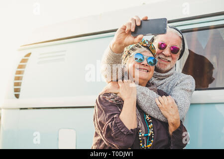 70 ans happy happy couple prendre une photo à l'extérieur d'un intage selfies blue van avec technologyh moderne - tourisme Tourisme et de concept pour les PEO