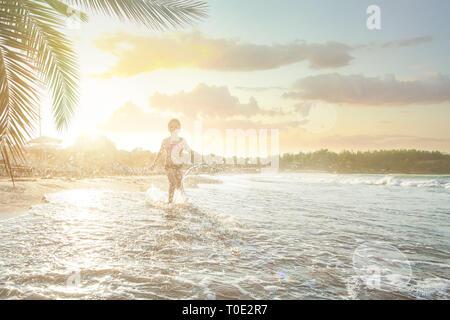 Happy child girl s'amusant sur mer plage