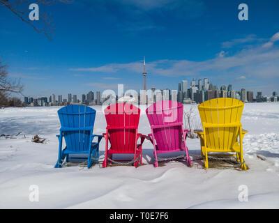 Voir l'horizon de la ville de Toronto Toronto Islands forme vu avec chaises colorées