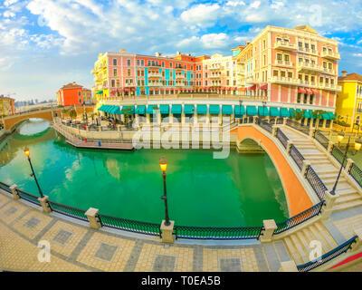 Vue grand angle du pont à deux à Venise dans le quartier Qanat Pearl-Qatar, golfe Persique, au Moyen-Orient. Luxueux et pittoresque vue aérienne