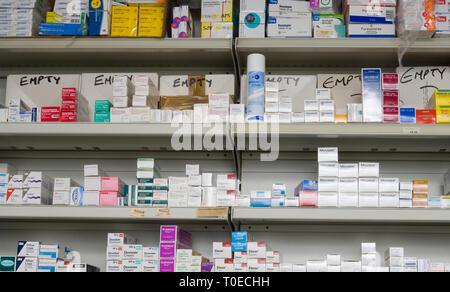 Divers médicaments et drogues sur des étagères dans un chimiste de réputation. Banque D'Images