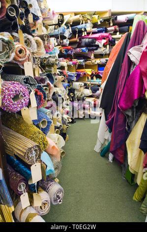 Les rouleaux de tissu en soie Soho un tissu et couture boutique à Soho, Londres Banque D'Images