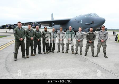 RAF Fairford, Gloucestershire, Royaume-Uni. 19 mars 2019. L'équipage de conduite du stand de la 2e Escadre d'bombardier de l'USAF devant un bombardier Stratofortress B-52H tandis que la RAF Fairford accueille le déploiement d'une équipe d'aviateur de six Boeing B-52H StratoFortress à la RAF Fairford depuis la 2e Escadre d'aviateur en Louisiane, États-Unis - le plus grand déploiement de B-52 au Royaume-Uni depuis l'opération liberté en Irak en 2003. L'avion effectuera des sorties d'entraînement au-dessus de la Baltique, de l'Europe centrale et de la Méditerranée orientale. Crédit : Steven May/Alay Live News
