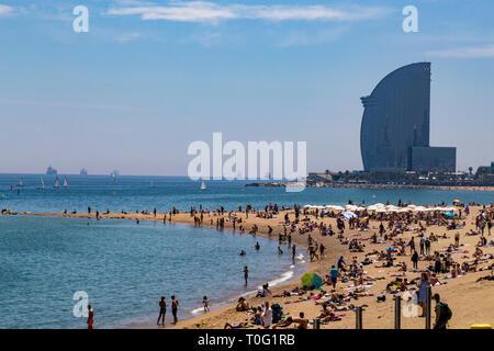 Barceloneta Beach et l'Hôtel W à l'arrière-plan, Barcelone, Catalogne, Espagne
