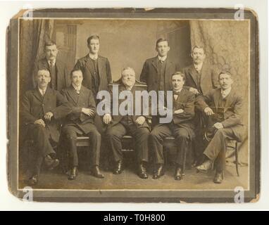 WW1 photo portrait studio formelle l'ère des hommes travaillant à Threlfalls Brewery, patron assis dans milieu, probablement Liverpool, U,K, datée du 1910 Banque D'Images