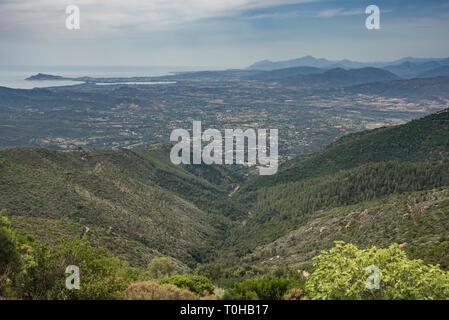 La baie d'Arbatax - Red Rocks Beach, vue vers l'Ogliastra plaines basses montagnes Gennargentu, sur l'île de Sardaigne, Italie [c] Banque D'Images