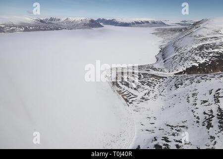 Vue aérienne du paysage arctique avec fjord gelé et les montagnes Banque D'Images