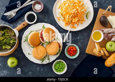 Summer party food concept haut afficher divers table télévision lay