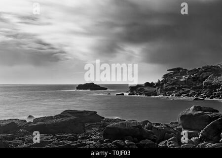 Pulpit Rock sur Peninnis Head, Saint Mary's, Îles Scilly, UK: temps d'exposition, à l'aide de filtre ND. Version noir et blanc.