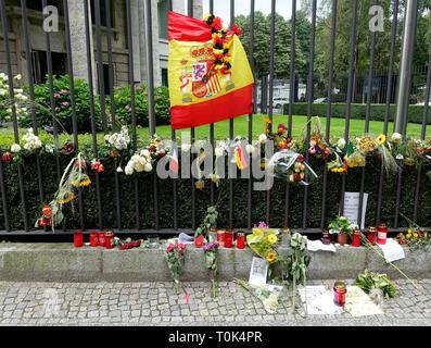 Des fleurs et des bougies à l'ambassade d'Espagne à Berlin après l'attaque terroriste à Barcelone 2017