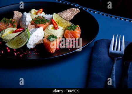 Délicieux avec du saumon et de la pate de l'hoummos dans le fond. Exclusif sur l'alimentation saine grand plateau noir libre