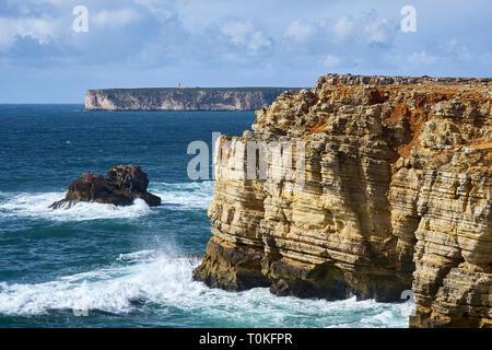 Côte Rocheuse à Cabo de Sao Vicente avec mer agitée près de Sarges, Algarve, Faro, Portugal