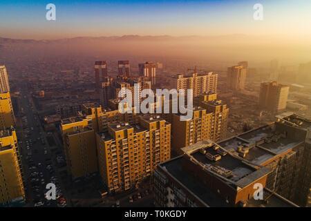 Oulan-bator au lever du soleil avec le smog, la Mongolie