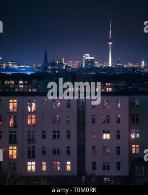 Berlin Ville de nuit avec de beaux néons dans un autre look futuriste