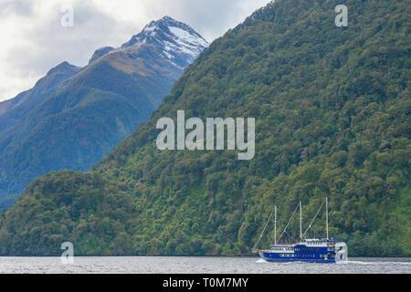 Bateau de croisière sur son douteux, Fiordland National Park, Doubtful Sound, île du Sud, Southland, Nouvelle-Zélande, Australie Banque D'Images