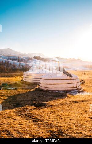 Yourtes Mongoles au coucher du soleil en Suisse, la Mongolie