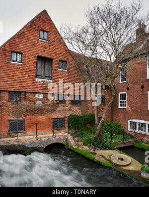 La rivière qui coule sous Itchen Winchester City historique moulin à eau. Une longue exposition photo pour capturer le puissant débit de l'eau. Banque D'Images