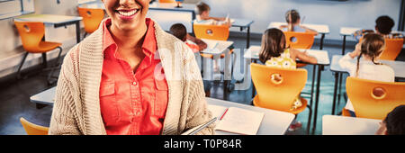 Portrait d'enseignant avec tablet in classroom