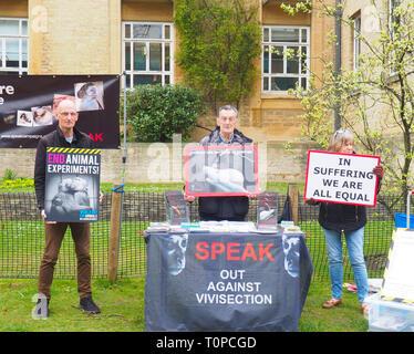 Oxford, UK. 21 Mar 2019. Les partisans des droits des animaux parler qui manifestaient dans le sud de la route des parcs. La parole a été mis en place il y a 15 ans ce mois-ci pour protester contre une nouvelle expérimentation animale centre de l'Université d'Oxford, de l'édifice des sciences biomédicales, qui a ouvert ses portes en 2008. Après deux ans de bataille de la Haute Cour, qui a pris fin en 2008, l'université a obtenu une injonction signifiant les militants peuvent seulement protester contre les jeudis entre 1h et 16h dans un petit espace salon. Ils se préparent également pour une manifestation à Oxford le 27 avril pour la Journée mondiale pour les animaux dans les laboratoires. Credit: Angela Swann/Alamy Live News Banque D'Images