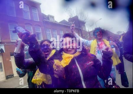 Une femme est vu jeter à poudre de couleur l'appareil photo pendant la célébration. Des millions de personnes dans le monde célèbrent le Holi Festival annuel Hangámá, aussi connu comme le Festival des couleurs. Pour les hindous c'est une célébration de l'arrivée du printemps, le Nouvel An et la victoire tout en un. La plus grande population d'Europe (hors du Royaume-Uni) se trouvent à La Haye, c'est l'un des plus grands d'Europe. Le point culminant de la fête Holi est la procession dans les quartiers multiculturels et Transvaal Schilderswijk. Les participants à la procession, jeter de la poudre aux couleurs vives Banque D'Images