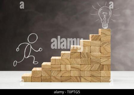 Concept d'idée et de l'innovation, lampe allumée le haut d'un escalier, avec la forme humaine de la mer. Banque D'Images
