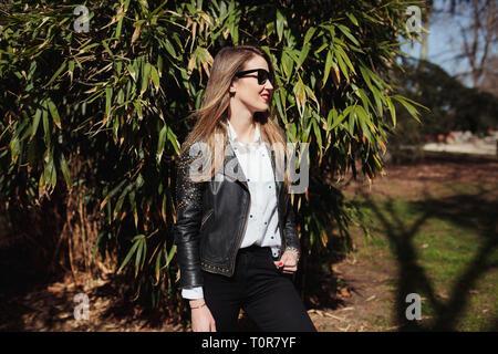 Site officiel nouvelles photos grandes variétés Femme blonde portant des lunettes de soleil et mini jupe ...
