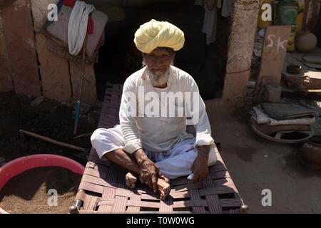 Portrait d'un homme âgé portant un turban. Village de Kakani, Jodhpur, Rajasthan, Inde. Banque D'Images