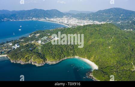 Vue de dessus, superbe vue aérienne de la ville de Patong dans la distance et la belle liberté plage baignée par une mer turquoise et claire.