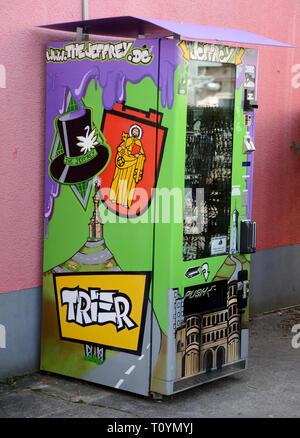 Trier, Allemagne. Mar 21, 2019. Un distributeur automatique de cannabis, qui contient des fleurs de cannabis séchées et pressées en sachets ainsi que d'extraire les perles dans des boîtes de plastique plus toutes sortes d'accessoires fumeurs à la vente, est dans la rue. Ce sont des produits du chanvre avec la substance active CBD (cannabidiol), qui est considérée comme difficilement substances psychoactives. Credit: Harald Tittel/dpa/Alamy Live News