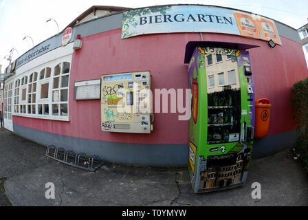 Trier, Allemagne. Mar 21, 2019. Un distributeur automatique de cannabis (r), qui contient des fleurs de cannabis séchées et pressées dans les sachets et extraire les perles dans des boîtes de plastique plus toutes sortes d'accessoires fumeurs à la vente, est situé sur la rue à côté d'un distributeur automatique de tabac. (Photo prise avec l'objectif fisheye) Ce sont des produits du chanvre avec la substance active CBD (cannabidiol), qui est considérée comme difficilement substances psychoactives. Credit: Harald Tittel/dpa/Alamy Live News