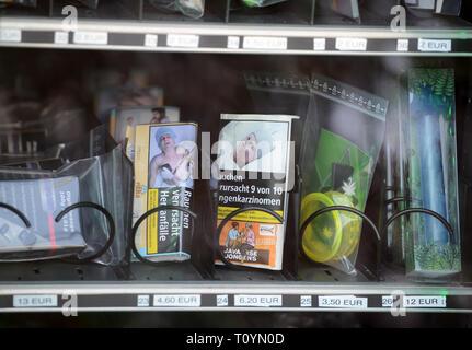 Trier, Allemagne. Mar 21, 2019. Appuyé et fleurs séchées en sachets de cannabis ainsi que d'extraire les perles dans des boîtes de plastique plus toutes sortes d'accessoires fumeurs sont disponibles à l'achat dans un distributeur automatique de cannabis. Ce sont des produits du chanvre avec la substance active CBD (cannabidiol), qui est considérée comme difficilement substances psychoactives. Credit: Harald Tittel/dpa/Alamy Live News