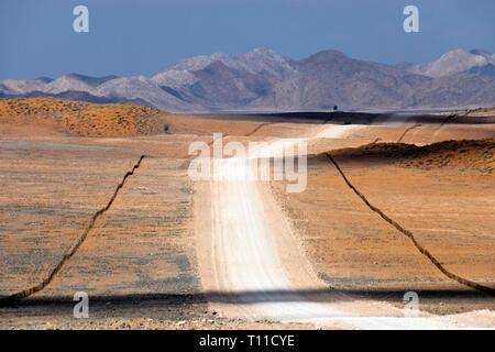 Le paysage de désert rouge dans le Namib Naukluft Nat. Parc, utilisé par les touristes de la célèbre route des dunes de sable rouge à Sossusvlei, Namibie.