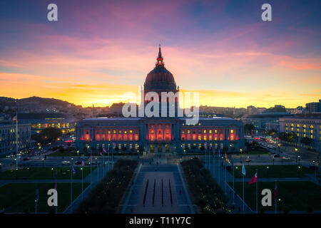 L'Hôtel de ville de San Francisco au coucher du soleil avec les lumières de la ville