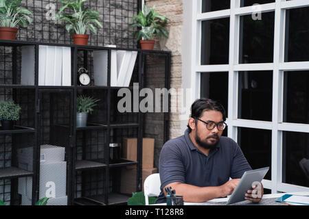 Asian businessman avec sa petite compagnie de démarrage Banque D'Images