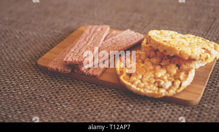Composition avec des gâteaux de riz croquant sur fond de bois, vue latérale - Soft focus, des aliments sains Banque D'Images