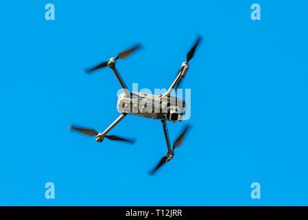 Drone Quadcopter volant dans le ciel au-dessus de la côte de Norfolk, Hunstanton, UK. Banque D'Images