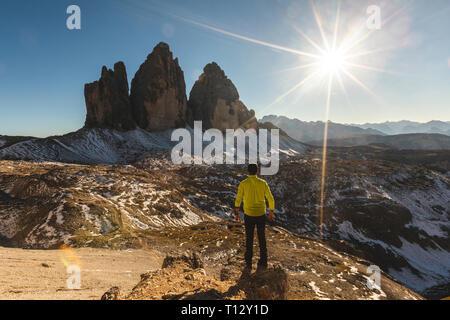 L'Italie, Tre Cime di Lavaredo, l'homme et de randonnée debout devant le majestueux trois pics Banque D'Images