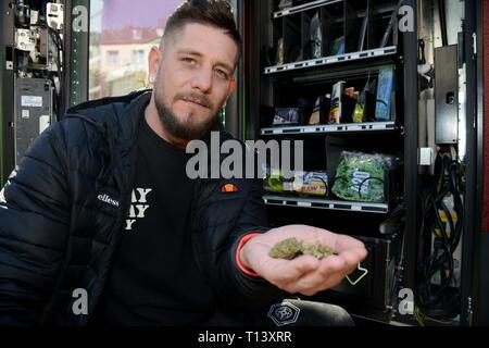 Trier, Allemagne. Mar 21, 2019. Kai Schmieder, propriétaire du cannabis distributeur automatique installé dans la ville allemande de Trèves. Credit: Harald Tittel/dpa/Alamy Live News