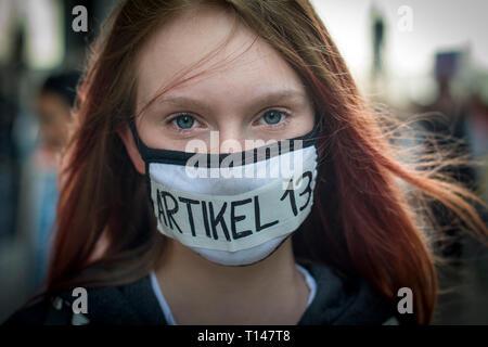 Enregistrez votre manifestation à Leipzig, Allemagne. Pour protester contre la Directive sur le droit d'auteur connu sous le nom de l'article 13 officiellement appelé l'Union européenne Directive sur le droit d'auteur dans le marché unique numérique, il requiert l'aime de YouTube, Facebook et Twitter pour prendre plus de responsabilité pour le matériel protégé par le droit d'être partagé illégalement sur leurs plates-formes. Il est connu sous le nom de l'article 13 dans la section didactique le plus controversé. Critiques prétendent que cela aura un impact négatif sur les créateurs en ligne. Credit: Craig Stennett/Alamy Live News 23/3/2019 Leipzig, Allemagne