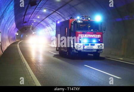 Suhl, Allemagne. Mar 23, 2019. Les pompiers et services de secours viennent à un exercice de la Berg Bock tunnel de la autoroute A 71. Au cours de l'exercice de grande envergure avec environ 600 participants de la brigade de pompiers, ambulance, service de sauvetage et de soutien les trains et la police, le sauvetage, le sauvetage et les soins de nombreux blessés après un grave accident de la circulation dans le tunnel est pratiqué. Credit: Bodo Schackow Zentralbild-/dpa/ZB/dpa/Alamy Live News
