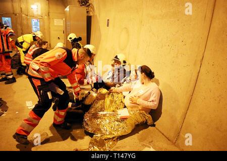 Suhl, Allemagne. Mar 23, 2019. Dans le tunnel de la bock Berg 71 autobahn, des sauveteurs effectuer un exercice avec des acteurs qui imitent les blessés. Au cours de l'exercice de grande envergure avec environ 600 participants provenant de l'incendie, le service de sauvetage, l'ambulance et care forme et la police, le sauvetage, le sauvetage et les soins de nombreux blessés après un grave accident de la circulation dans le tunnel est pratiqué. Credit: Bodo Schackow Zentralbild-/dpa/ZB/dpa/Alamy Live News