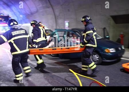 Suhl, Allemagne. Mar 23, 2019. Dans le tunnel de la bock Berg 71 autobahn, des sauveteurs fournissent des acteurs qui mime les blessés. Au cours de l'exercice de grande envergure avec environ 600 participants provenant de l'incendie, le service de sauvetage, l'ambulance et care forme et la police, le sauvetage, le sauvetage et les soins de nombreux blessés après un grave accident de la circulation dans le tunnel est pratiqué. Credit: Bodo Schackow Zentralbild-/dpa/ZB/dpa/Alamy Live News