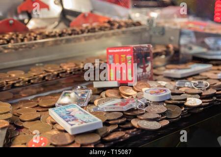 Close up of twp pence pièces dans une pièce de pousser la machine dans l'arcade Banque D'Images