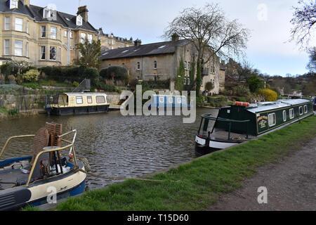 Bath, Royaume-Uni. Les chalands amarrés sur le canal Kennet et Avon. Banque D'Images