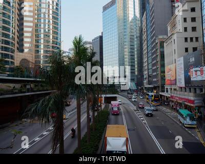 Central, Hong Kong - 1 novembre 2017: une photographie prise à partir de la passerelle pour piétons qui s'exécute sur Connaught Road Central à Hong Kong. B pour piétons Banque D'Images