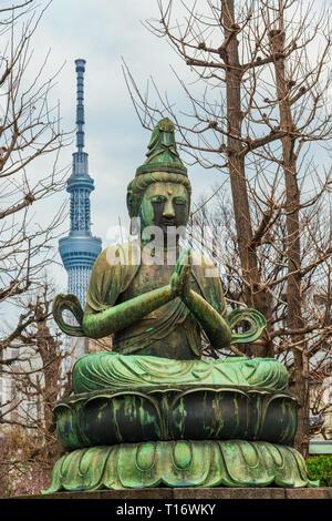 Le Japon entre tradition et modernité. Statue de Bouddha en prière près de Temple Asakusa Tokyo Skytree nouvelle avec en arrière-plan Banque D'Images