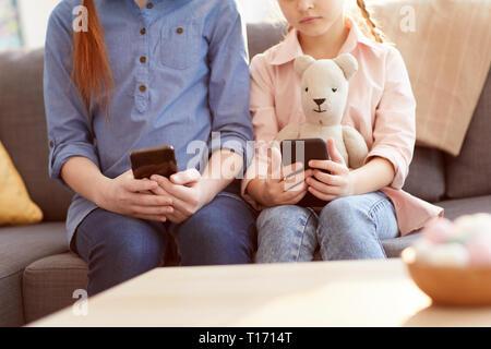 Les enfants avec la dépendance du Smartphone Banque D'Images